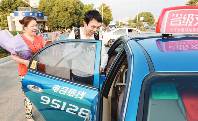 两位出租车司机爱心护考十多年