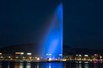 """日内瓦大喷泉点亮""""蓝灯""""纪念世界难民日"""