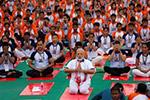 印度总理带领民众做瑜伽:瑜伽把世界连接在一起