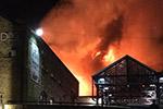 伦敦北部肯顿市场突发大火 烈焰腾空