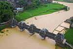 广西程阳风雨桥被洪水围困 紧急疏散游客