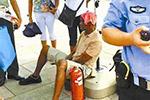 这不是段子!非洲游客天安门广场中暑 哨兵打电话急救