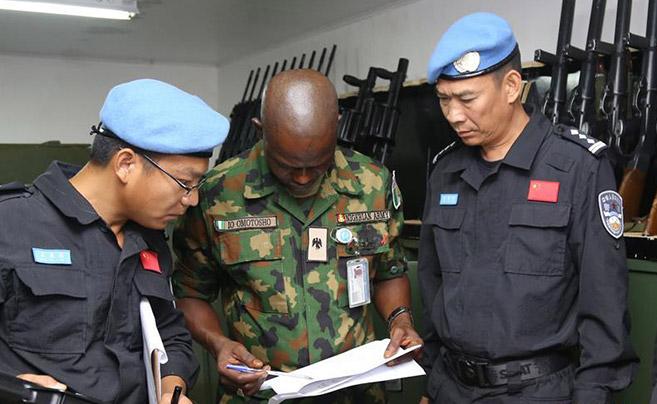 中国维和警察通过装备核查