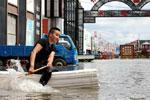 """哈尔滨暴雨后多地内涝市民划自制""""竹筏""""抢救财物"""