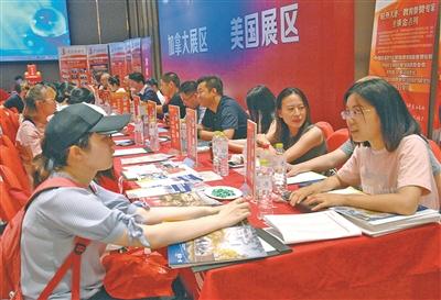 宁波某留学中介机构工作人员正在为客户介绍出国留学的相关内容.