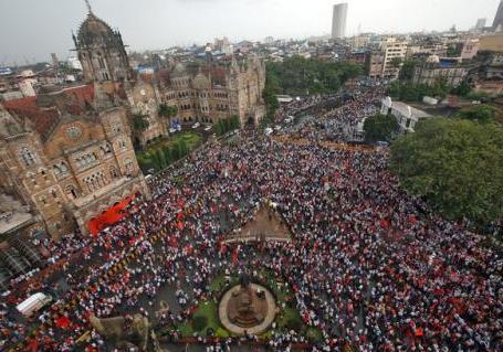 印度逾50万人抗议要求保障就业 瘫痪孟买交通