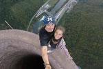 情侣365米高烟囱顶行走自拍