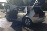 女子在高速上往车外扔烟头 结果点燃了自己的车