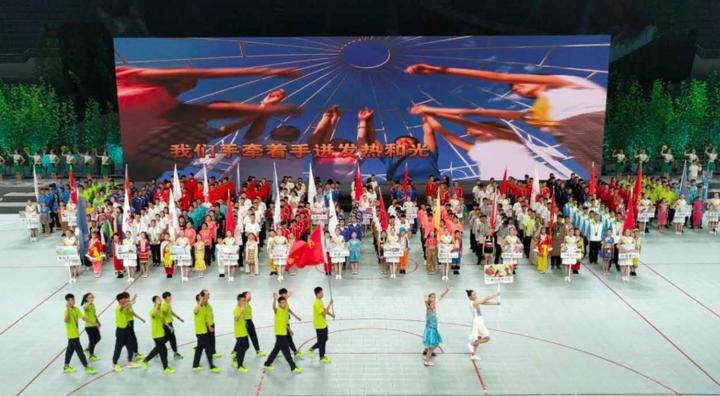 在各代表团的引导牌上,是由小学生们亲手绘制,31个省市自治区图片