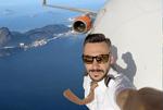 假的!飞行员晒机舱外空中震撼自拍照引网友质疑