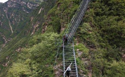 """四川凉山悬崖村 通往外界的""""钢管天梯"""""""