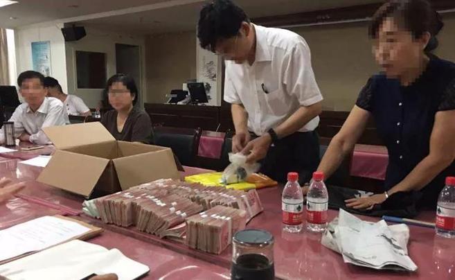 狗血剧情?杭州一小区业委会交接 前主任拿出54万现金