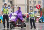 杭州8岁小交警路口执勤