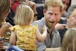 """英王子看球赛被2岁女孩""""偷""""爆米花 表情亮了"""