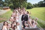 英女子婚礼伴娘团多达28人 媲美好莱坞电影