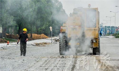 鄞县大道东钱湖段老路面碎化 预计年底通车