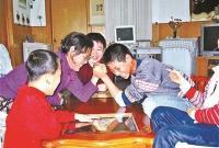 61岁爱心妈妈终身未婚 却在31年养育25个孩子