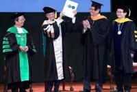 马云被授予世界首个科技创业名誉博士学位