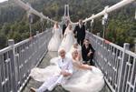 老人登高空玻璃桥拍婚纱照庆金婚