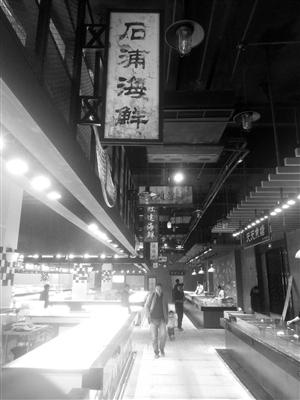 復古的裝修風格加上現代化燈光影像技術,讓前來買菜的人感覺置身博物
