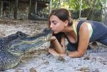 美国大胆女子与鳄鱼亲吻嬉戏搏斗成网红