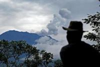 印尼�Q厘岛阿贡火山或时隔50年喷发 居民急逃难