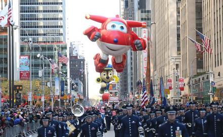 美国纽约举行感恩节大游行 卡通人物满天飞