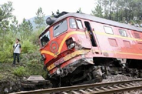 美国佛罗里达州发生货运火车脱轨事故 液体硫磺泄漏