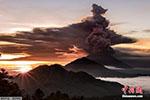 """印尼阿贡火山爆发危险""""迫在眉睫"""" 数万人撤离"""