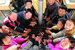 陕西部分农村学校拆除燃煤锅炉 学生抱热水瓶上课取暖