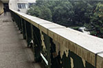 湖南一学校教学楼护栏开裂 全靠铁丝拴住
