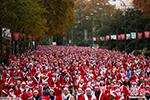 """逾7000名""""圣诞老人""""马德里竞跑 募集抗癌基金"""