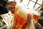 男子饮酒死亡家属状告聚餐10人 邀请者被判赔6万