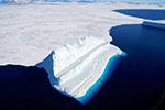 俯瞰南极冰川:冰上似白色梯田 冰下一片幽蓝