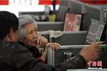 中国大妈们这一年:投资比特币 沉迷手游 线上K歌…