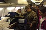 兵哥哥垂危 9名乘客让出担架位:我们自愿改签不要补偿