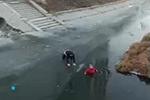 """河北一男子徒手破冰救坠河老人 称""""就是搭把手的事"""""""