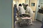 """孕妇突发宫缩 """"生死门""""前7分钟医生跪床救女婴"""