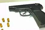 女子带手枪和子弹乘地铁被查 安检员的这个举动很机智!