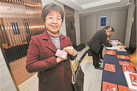 市十五届人大三次会议代表报到侧记:肩负重托献良策