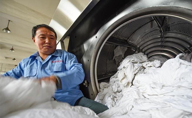 2018春运将至 探访列车卧具洗衣厂准备工作