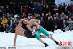"""拼技巧比""""扛冻"""" 土耳其上演雪地摔跤比赛"""