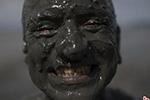 """巴西另类狂欢节:红树林上演疯狂""""泥浆战"""""""