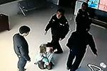 频遭殴打 大学女教师派出所里跪求15岁儿子断母子关系