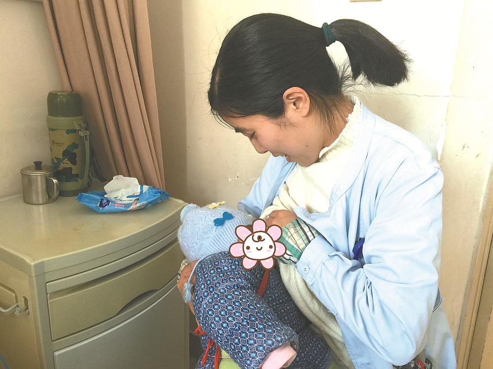 """患者做手术宝宝饿得大哭 女护士解衣喂奶当起""""临时妈妈"""""""