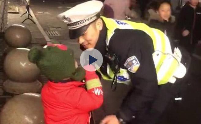 春节最暖心偶遇:4岁儿子看灯会 遇到3天不见的交警爸爸