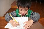 寒假学生拼命赶作业:有人每天写7小时 放假比上学累