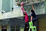 3岁女童头部卡防盗网 两托举哥施援手成功施救