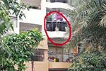 幼童爬上阳台护栏双脚悬空 辅警冒险攀高入室解救