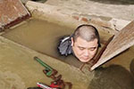 维修工雪天赤膊修水管走红 泡水作业是常事